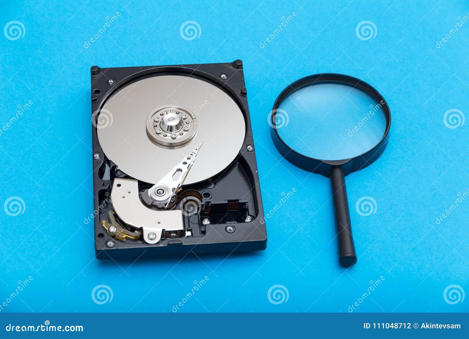 Disco rígido e lupa do computador