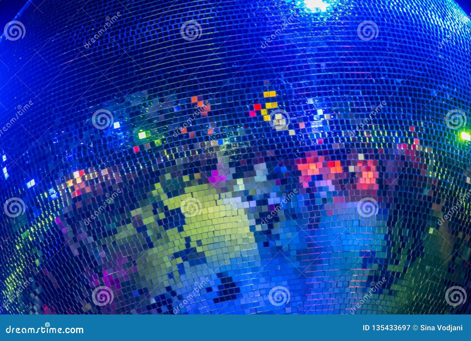 Discospiegelball, der in der Farbe glänzt