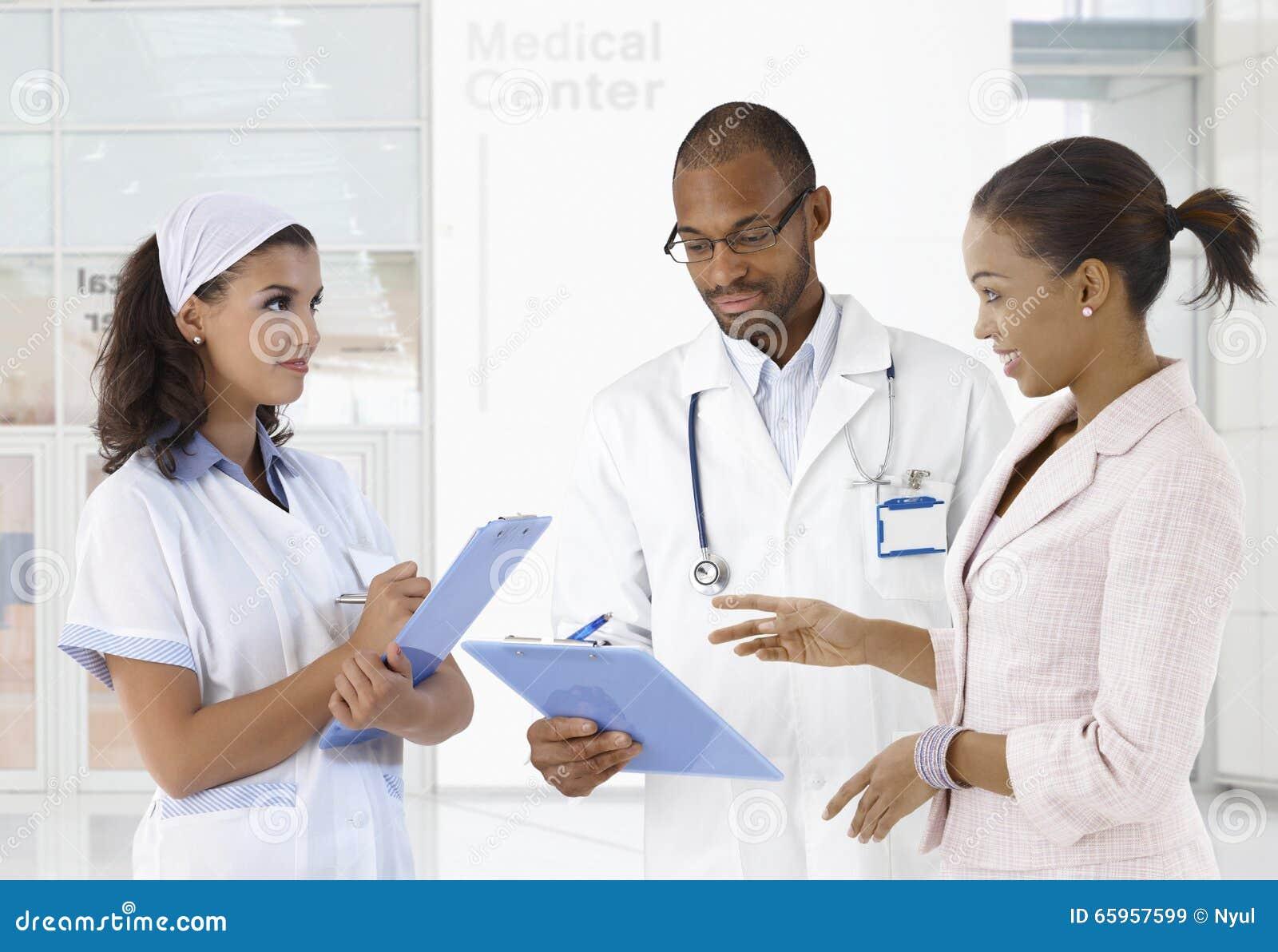 Discussão do caso no centro médico