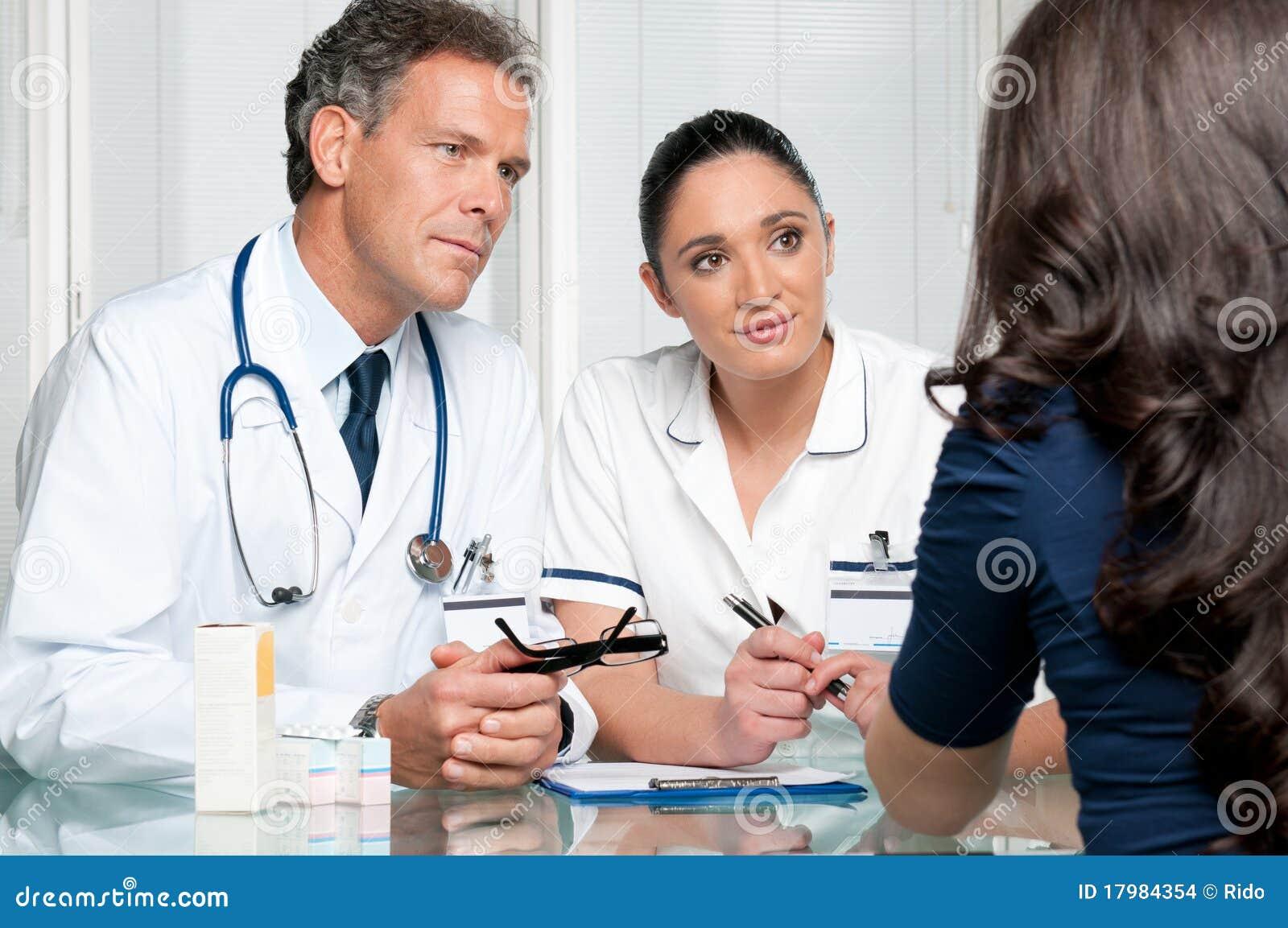 Discussão médica no hospital com paciente