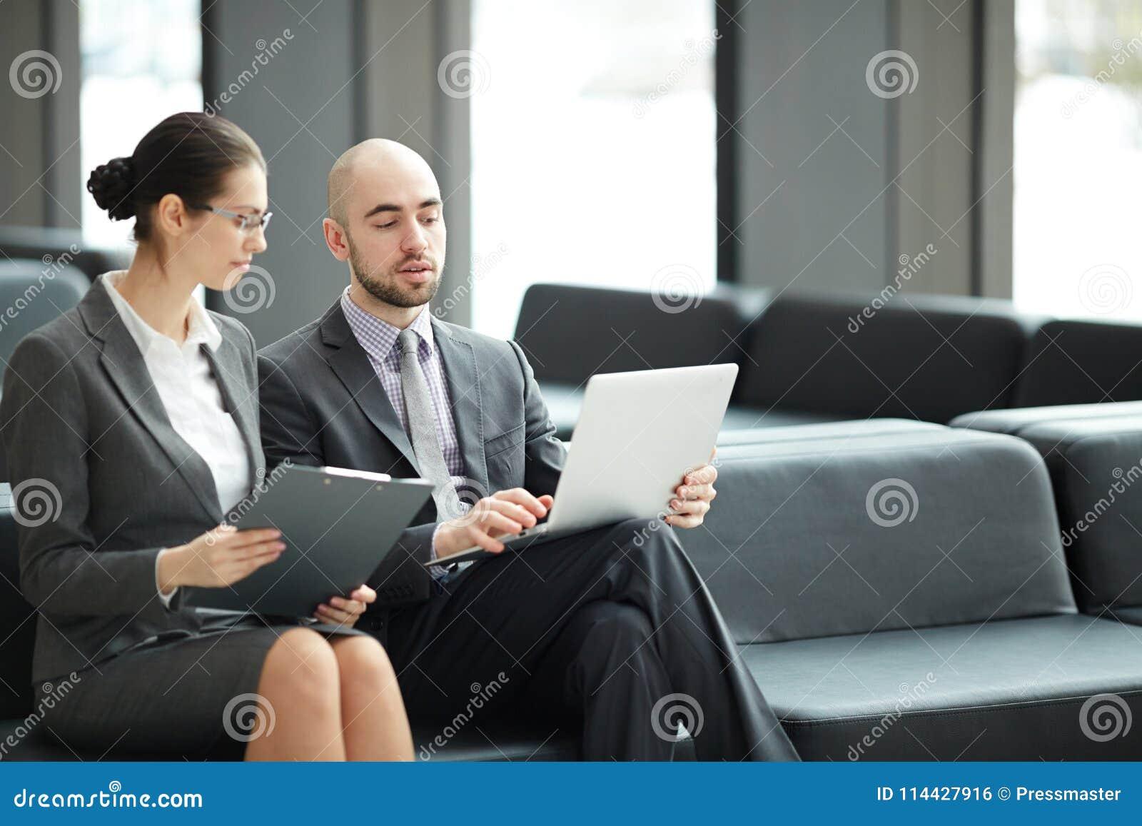 Discussão na sala de estar
