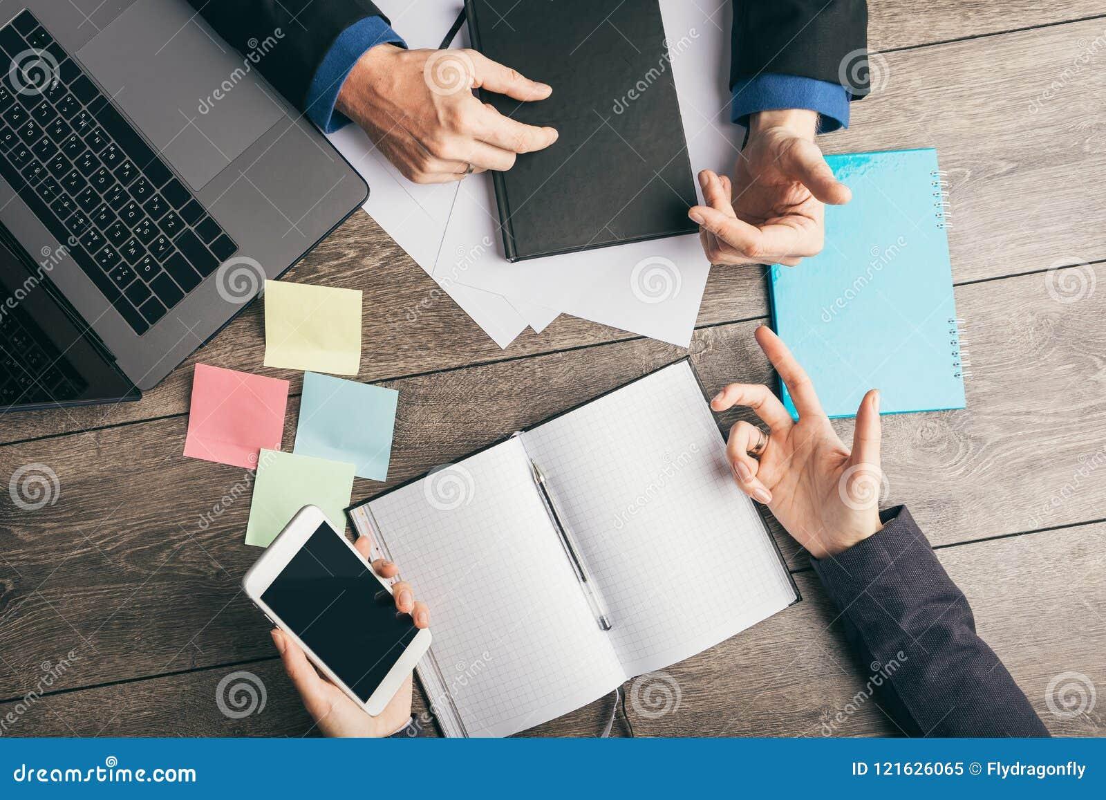 Discussione attiva su strategia di sviluppo di affari dell affare Analisi dei dati e pianificazione Scrittorio del posto di lavor