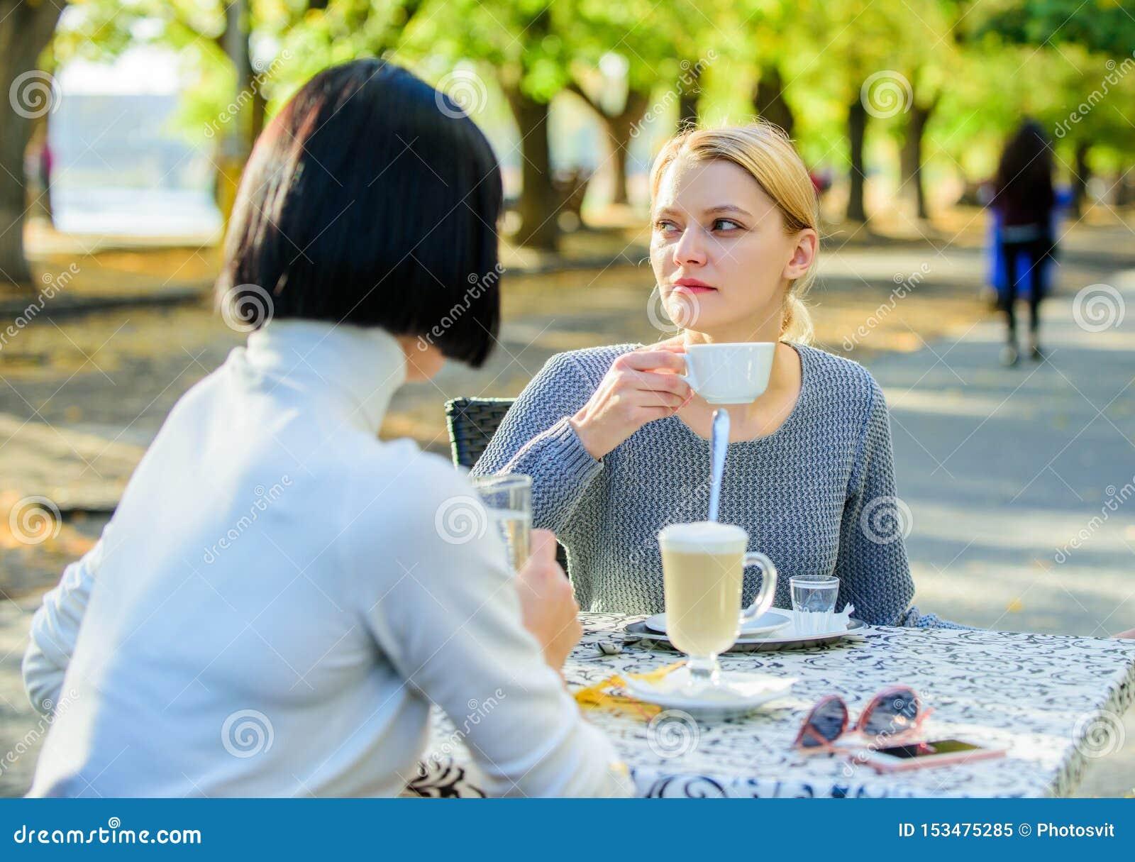Discussione delle voci Comunicazione fiduciosa Sorelle di amicizia Riunione di amicizia Svago femminile Gli amici di ragazze bevo