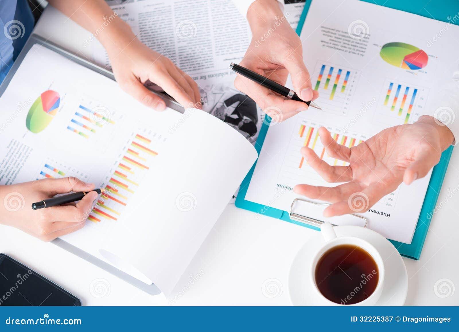 Download Discutindo a estratégia imagem de stock. Imagem de businessperson - 32225387