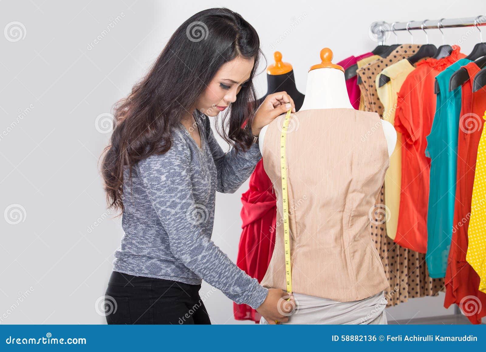 Dise ador de moda o sastre que trabaja en un dise o o un - Disenador de fotos ...