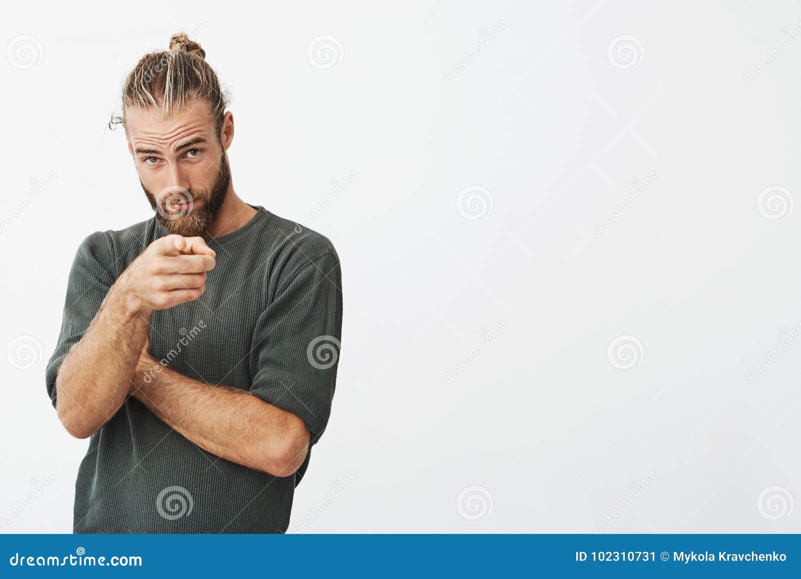 Diseñador De Sexo Masculino Hermoso En El Bastidor Modelo Que ...