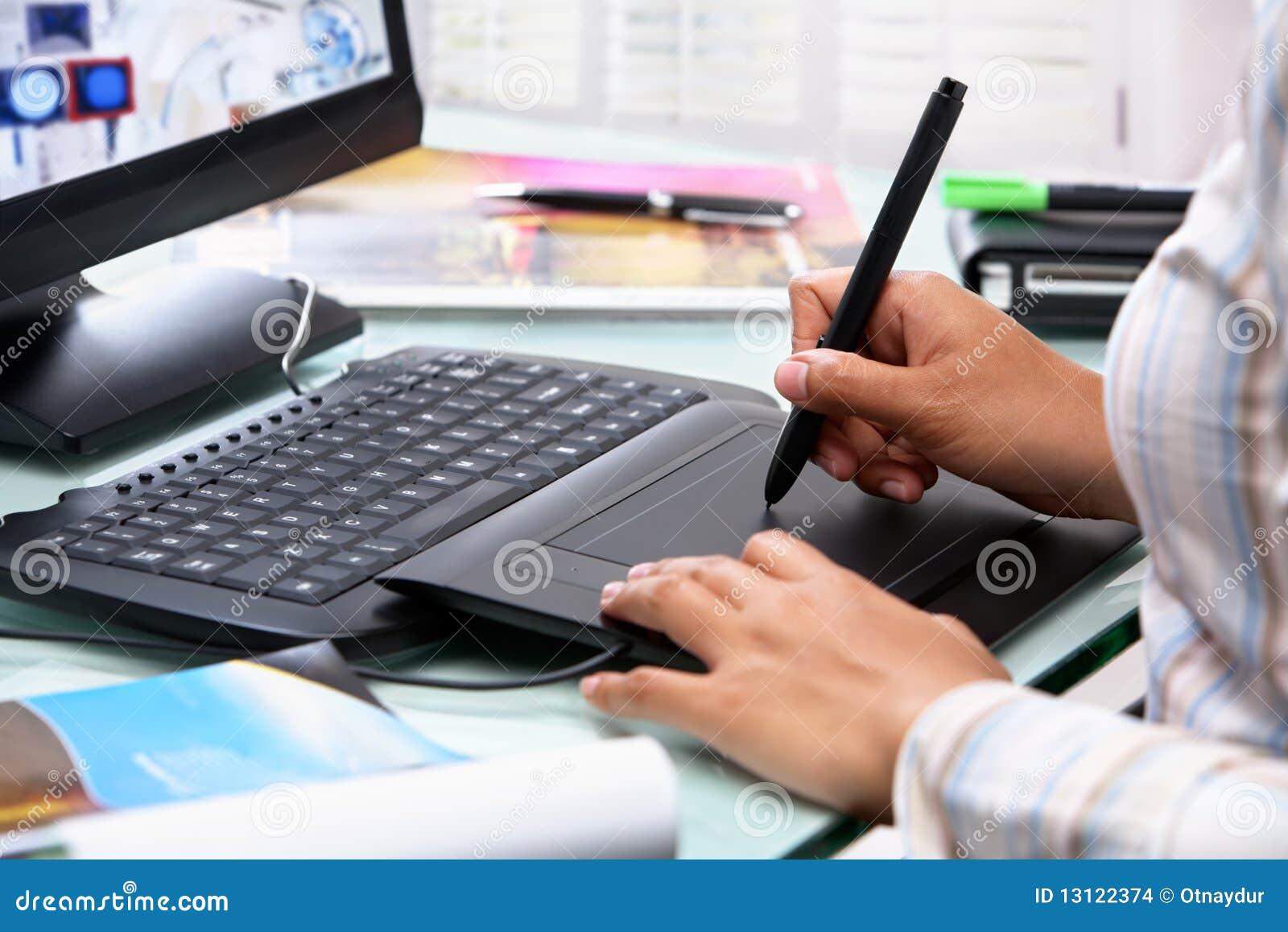Diseñador gráfico de sexo femenino que usa la pluma de la tablilla