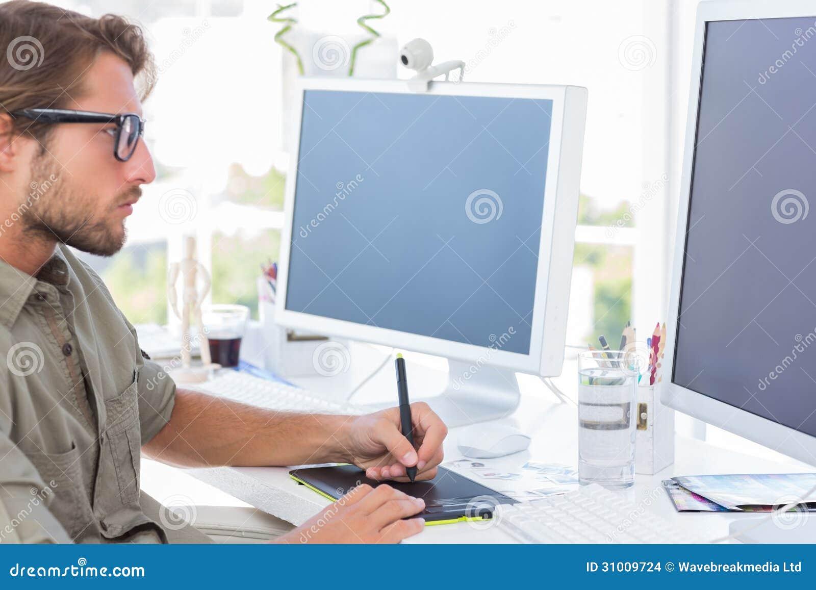 Diseñador gráfico que usa la tableta de gráficos