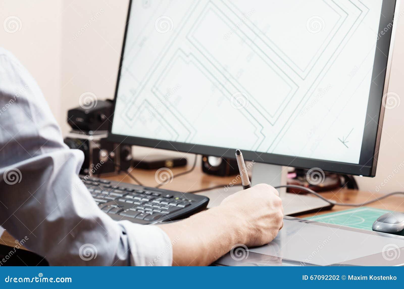 Diseñador gráfico que usa la tableta y el ordenador digitales en oficina u hogar Proceso creativo Gente en el trabajo