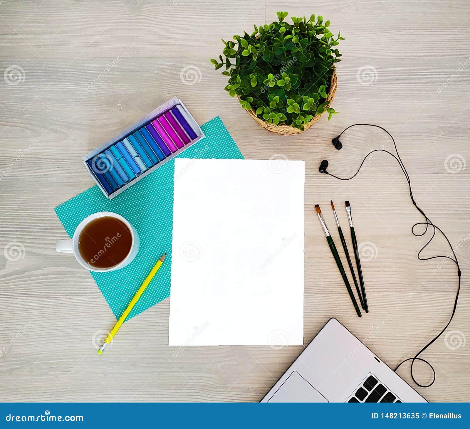 Diseñador, lugar de trabajo del artista Mofa creativa, de moda, artística para arriba con el papel, café, cuaderno o teclado, aur