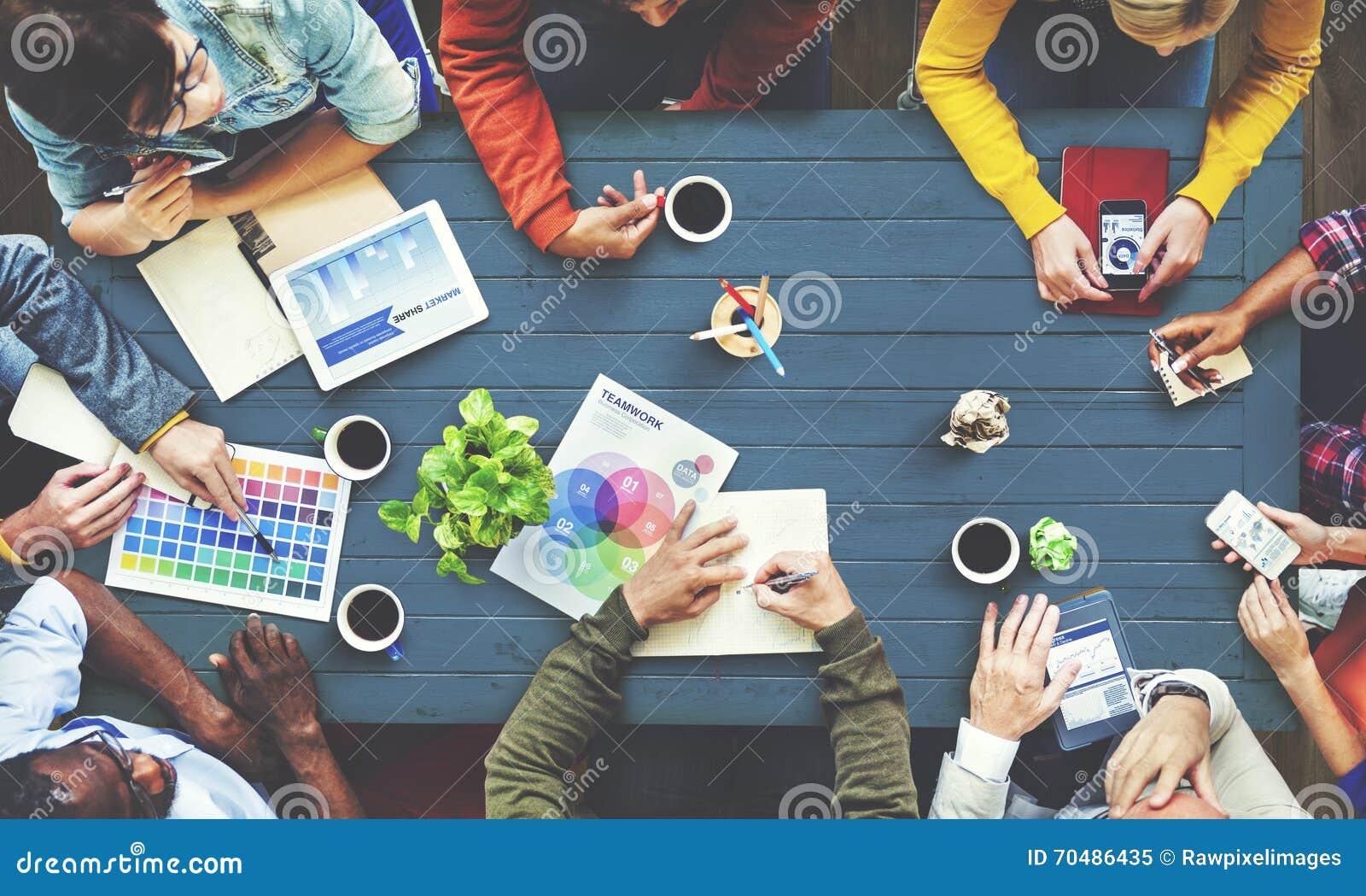 Diseñador multiétnico Brainstorming Contemporary Concept