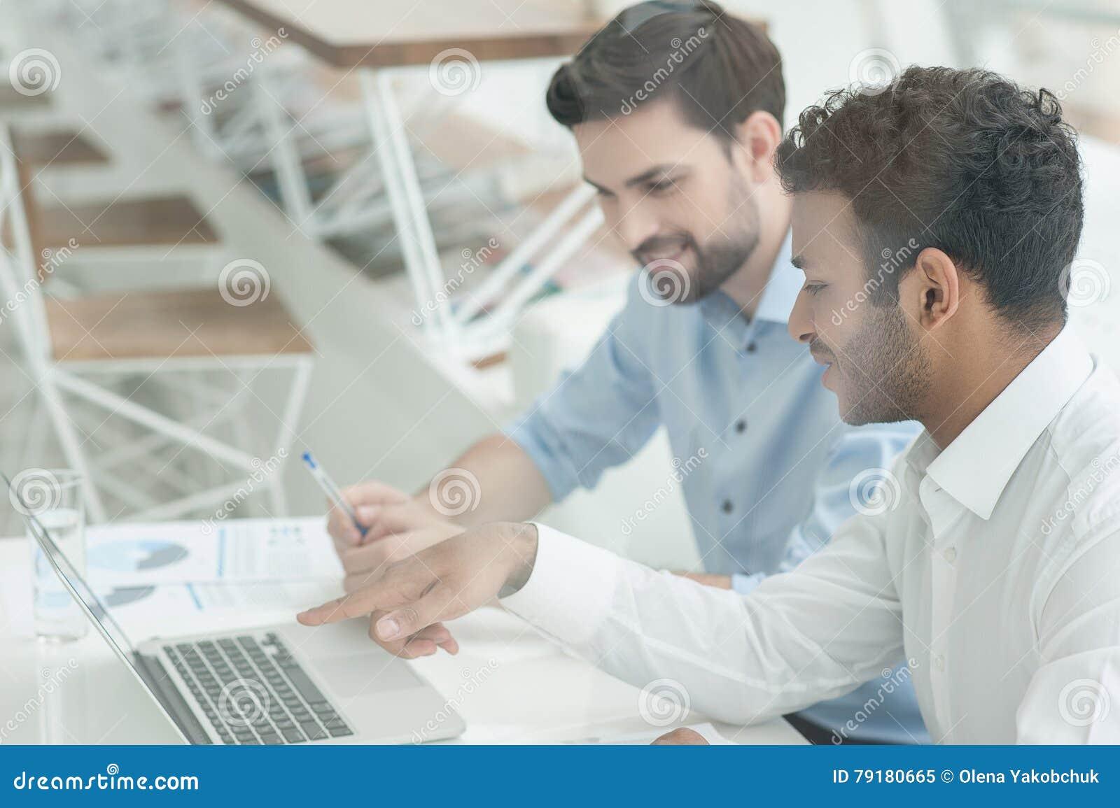 Dise adores jovenes en el trabajo en oficina foto de for Oficina de empleo calahorra