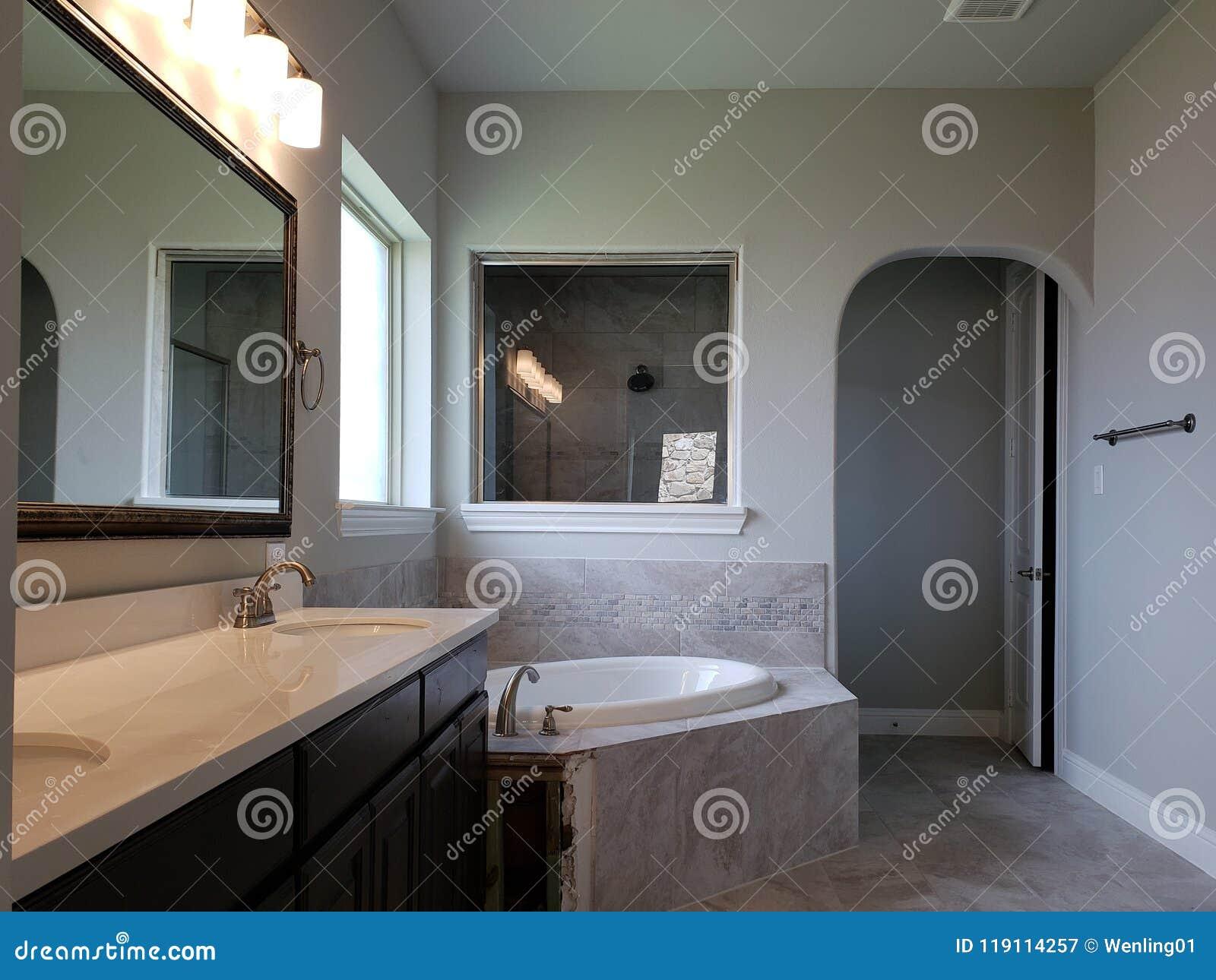 Diseño De La Bañera Del Fregadero Del Cuarto De Baño En Una ...
