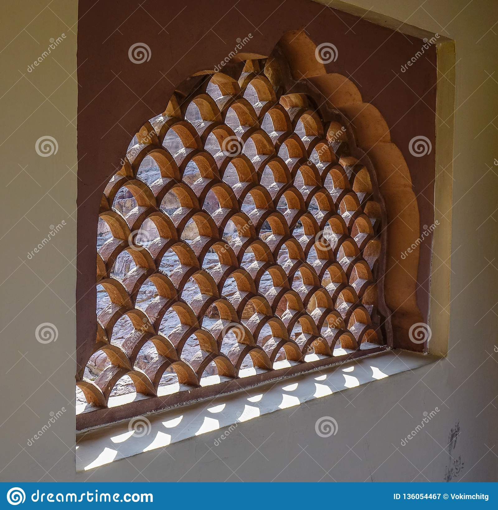 Diseño de ventana tallada en templo hindú