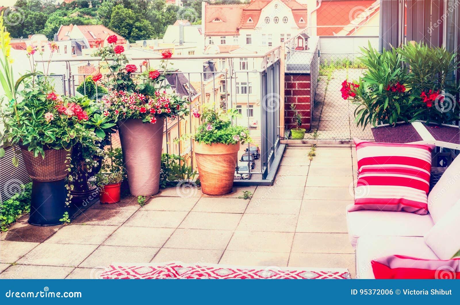Diseño Del Balcón O Del Patio De La Terraza Con Los Potes De