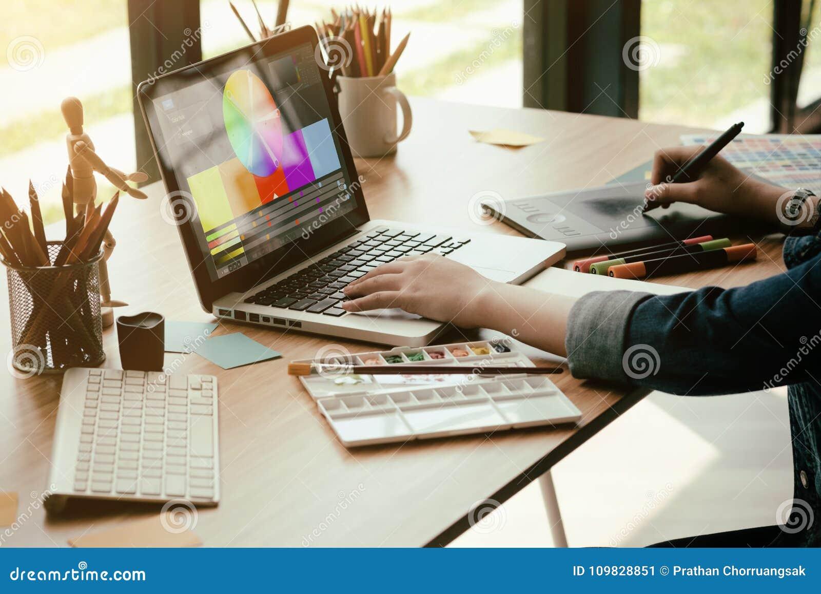 Diseño gráfico que trabaja con el ordenador creativo, trabajo de trabajo del diseñador