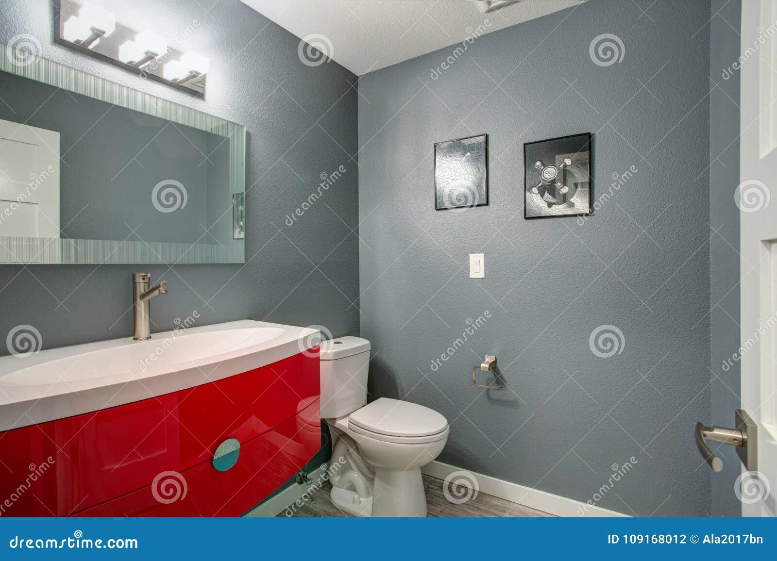 Diseño Gris Y Rojo Del Cuarto De Baño En Renovado Recientemente A Casa Foto De Archivo Imagen De Cabinas Espacio 109168012