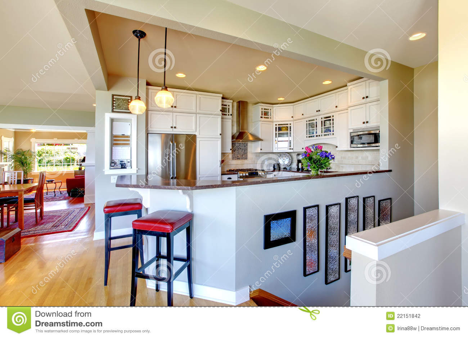 Dise o interior de la cocina cabinas y barra blancas for Cocina con barra de retorno