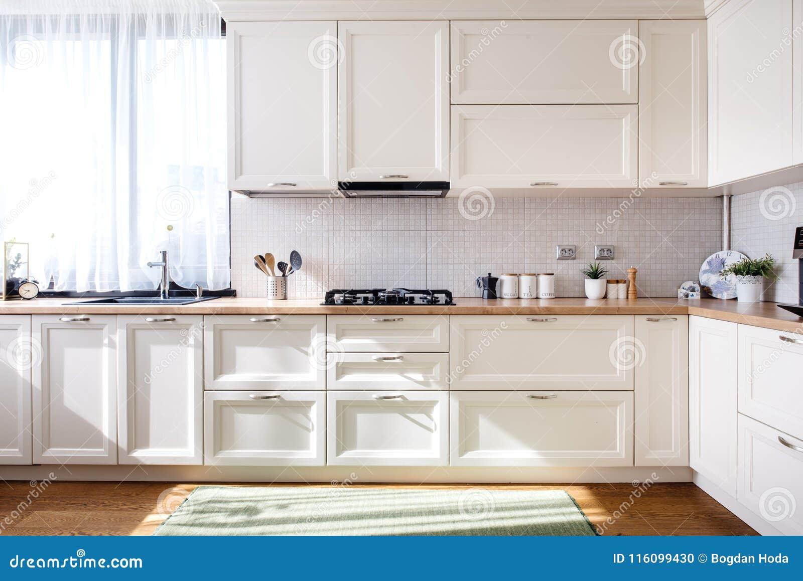 Diseño Interior De La Cocina Moderna Con Los Muebles Blancos Y Los ...