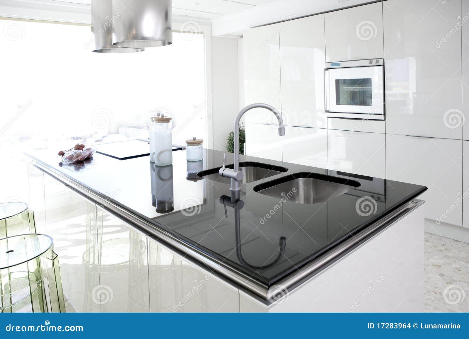 Diseno Interior Limpio De La Cocina Blanca Moderna Foto De Archivo - Cocina-blanca-moderna
