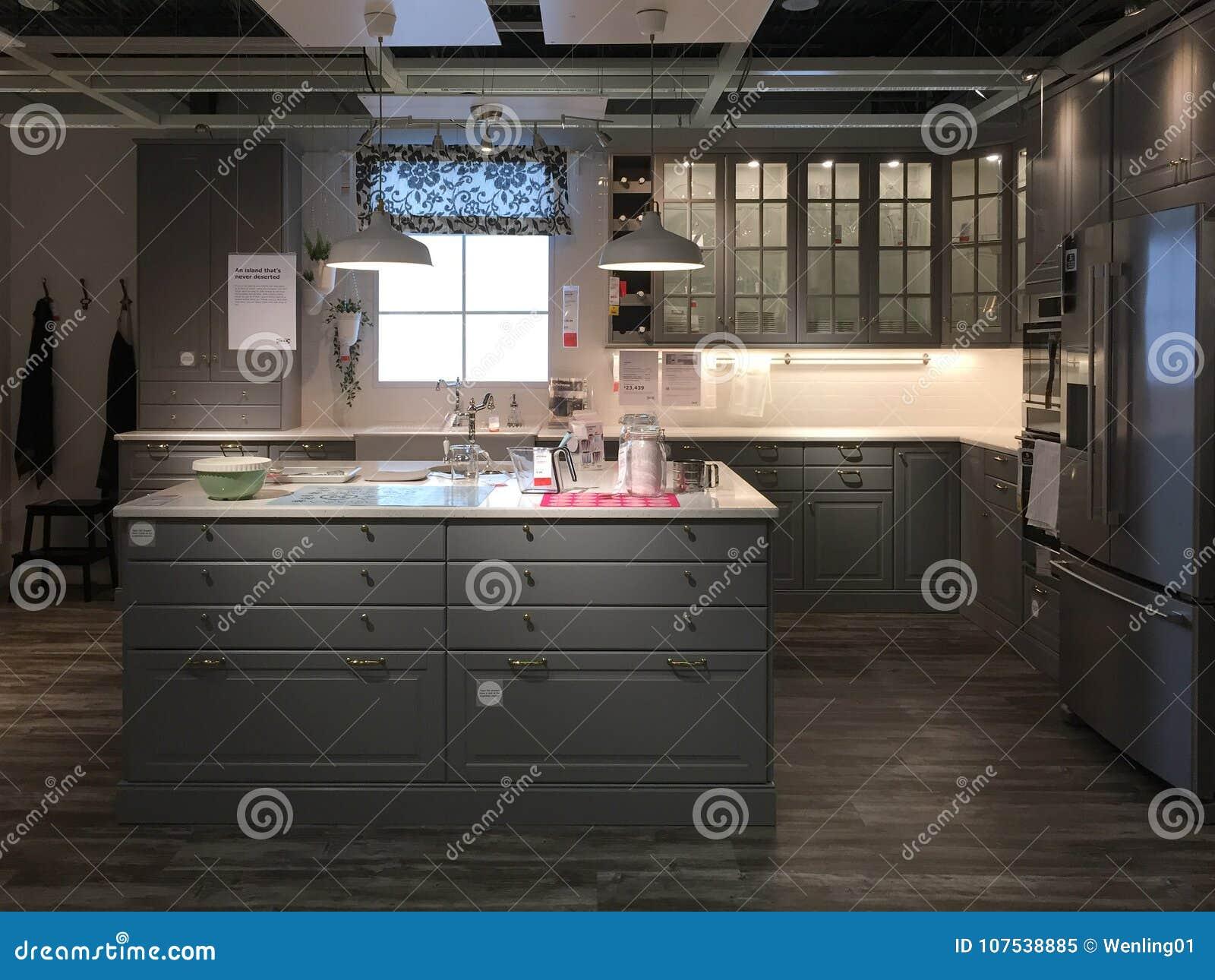 Diseño Moderno De La Cocina Con La Isla En La Tienda De Equipamiento ...