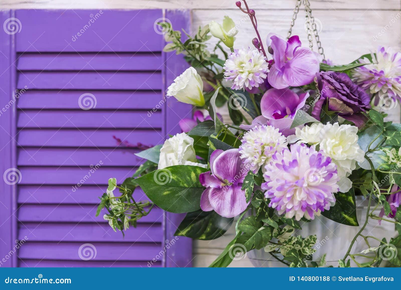 Diseño y decoración del jardín para adornar el exterior de la fachada de la casa Un ramo de diversos colores de la ejecución púrp