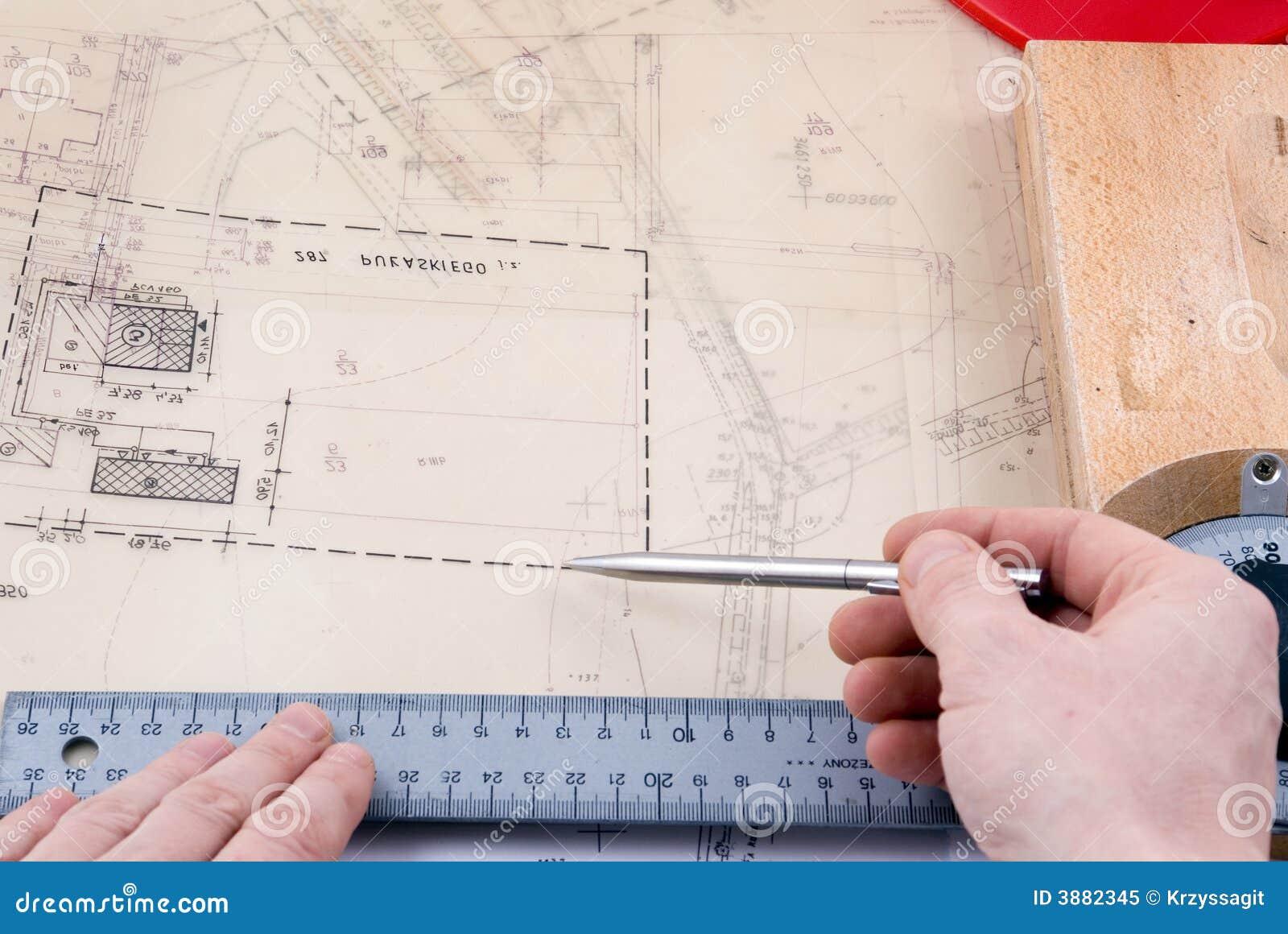 Disegnatore che lavora alle illustrazioni