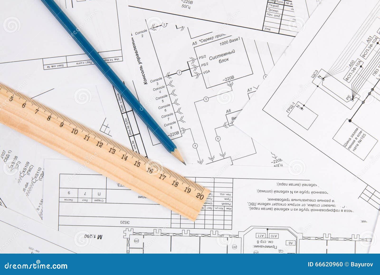 Disegni, matita e righello di elettrotecnico