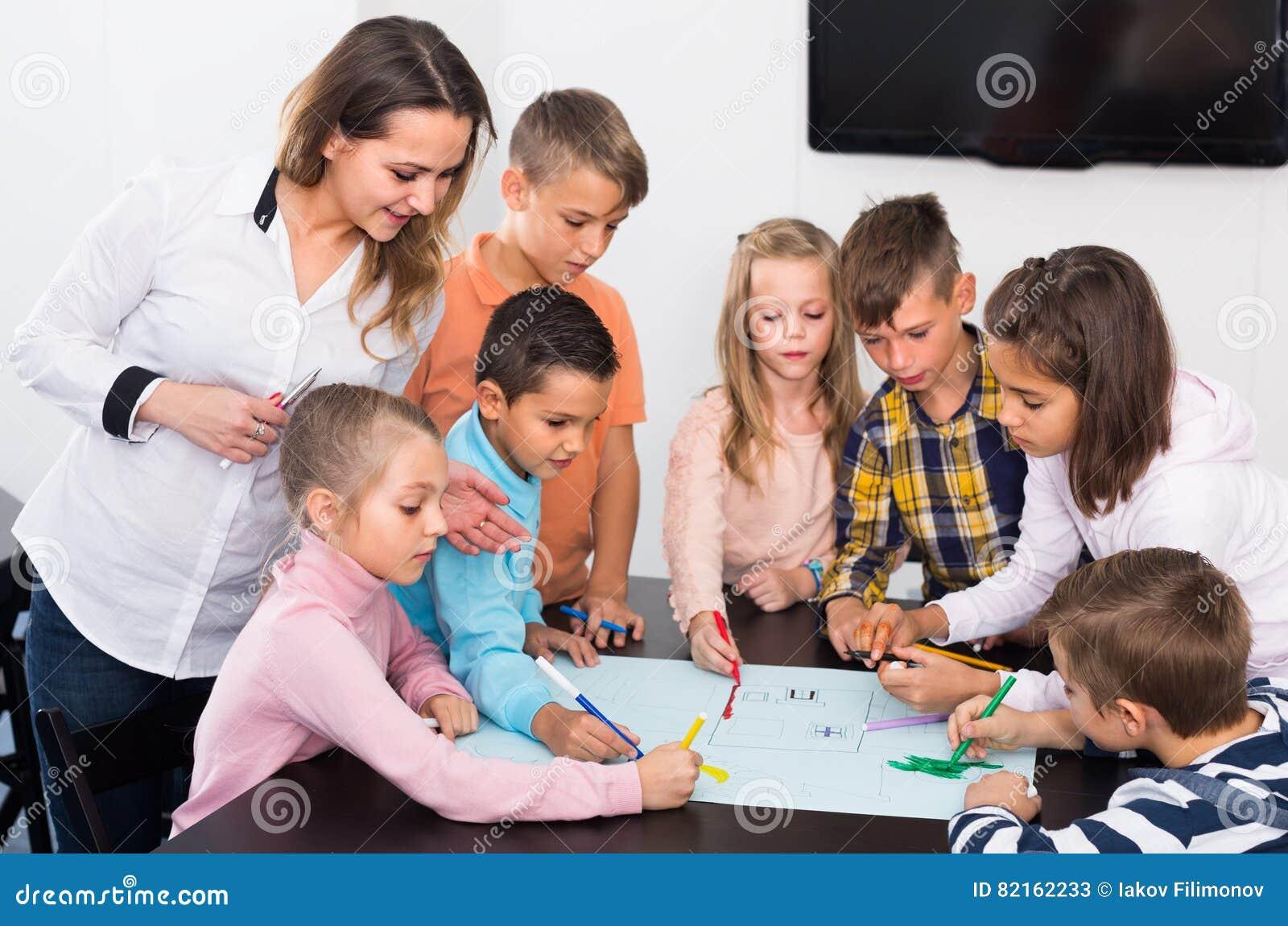 Disegno Di Bambino Che Corre : Disegno dei bambini e di professore immagine stock immagine di