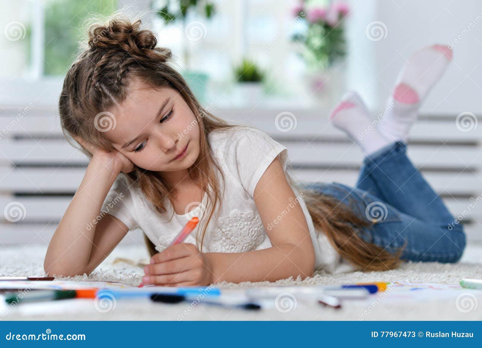 Disegno della bambina alla classe immagine stock for Disegna i tuoi piani di casa gratuitamente
