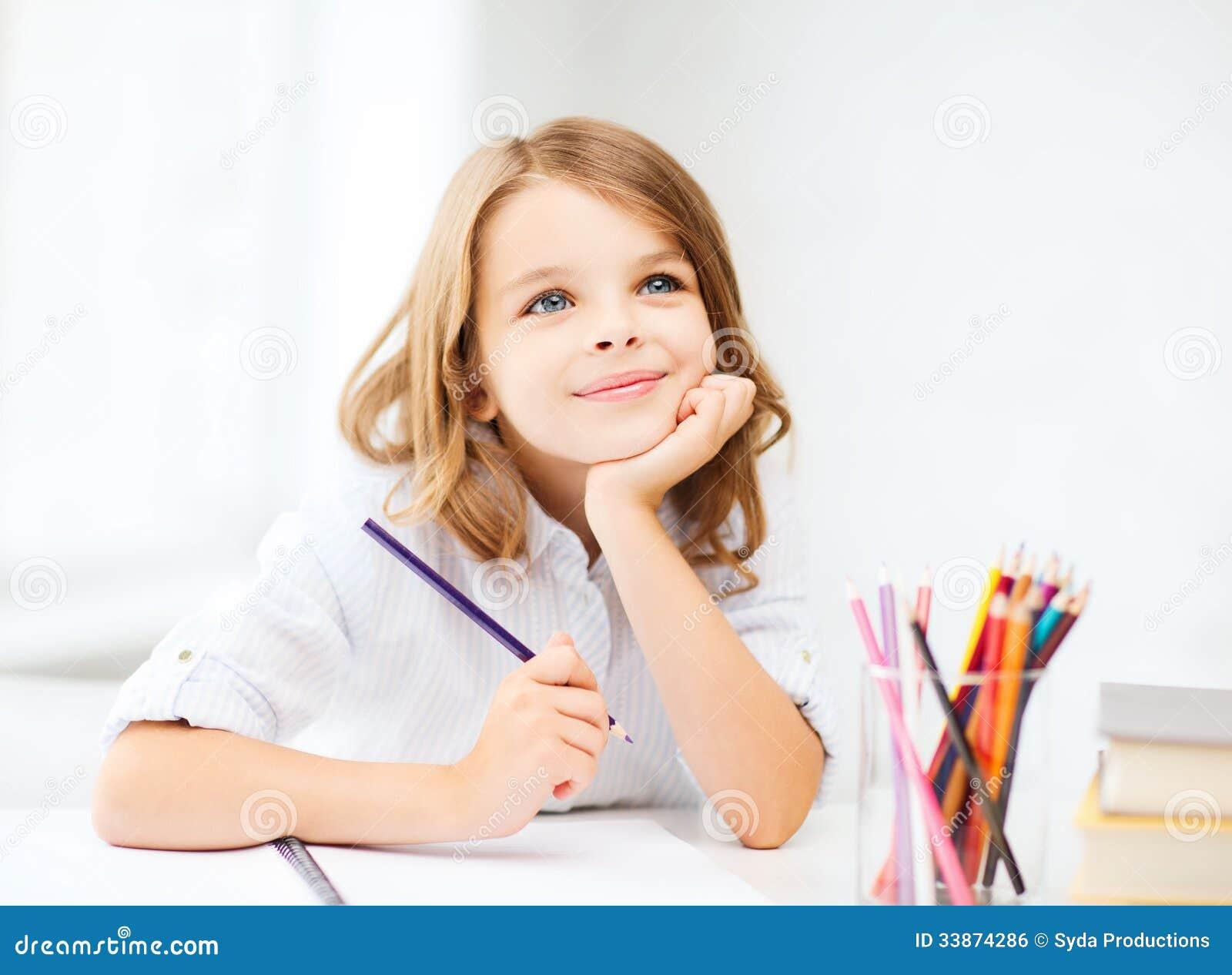 Disegno della ragazza con le matite alla scuola