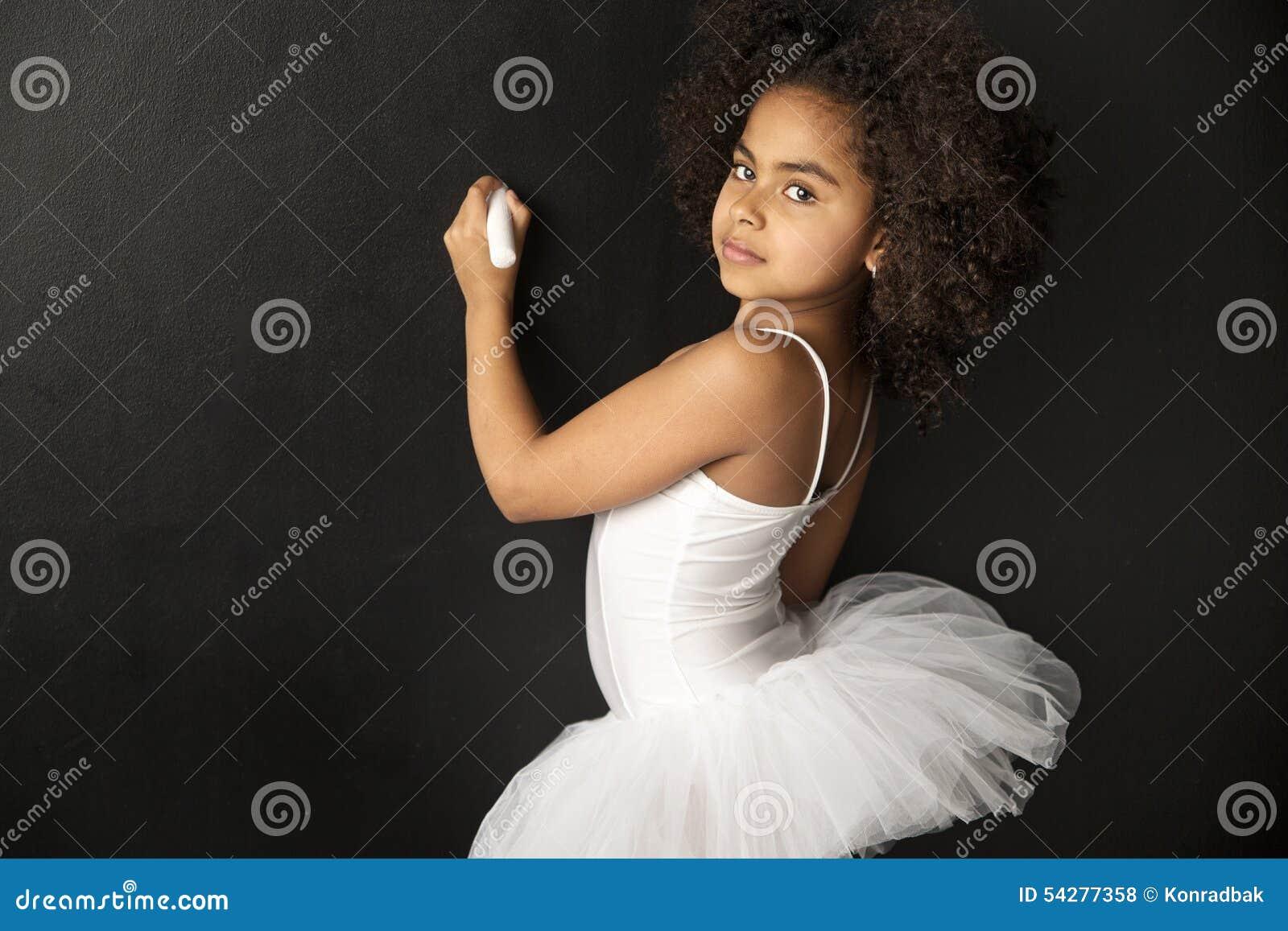 Disegno sveglio del ballerino di balletto con un gesso