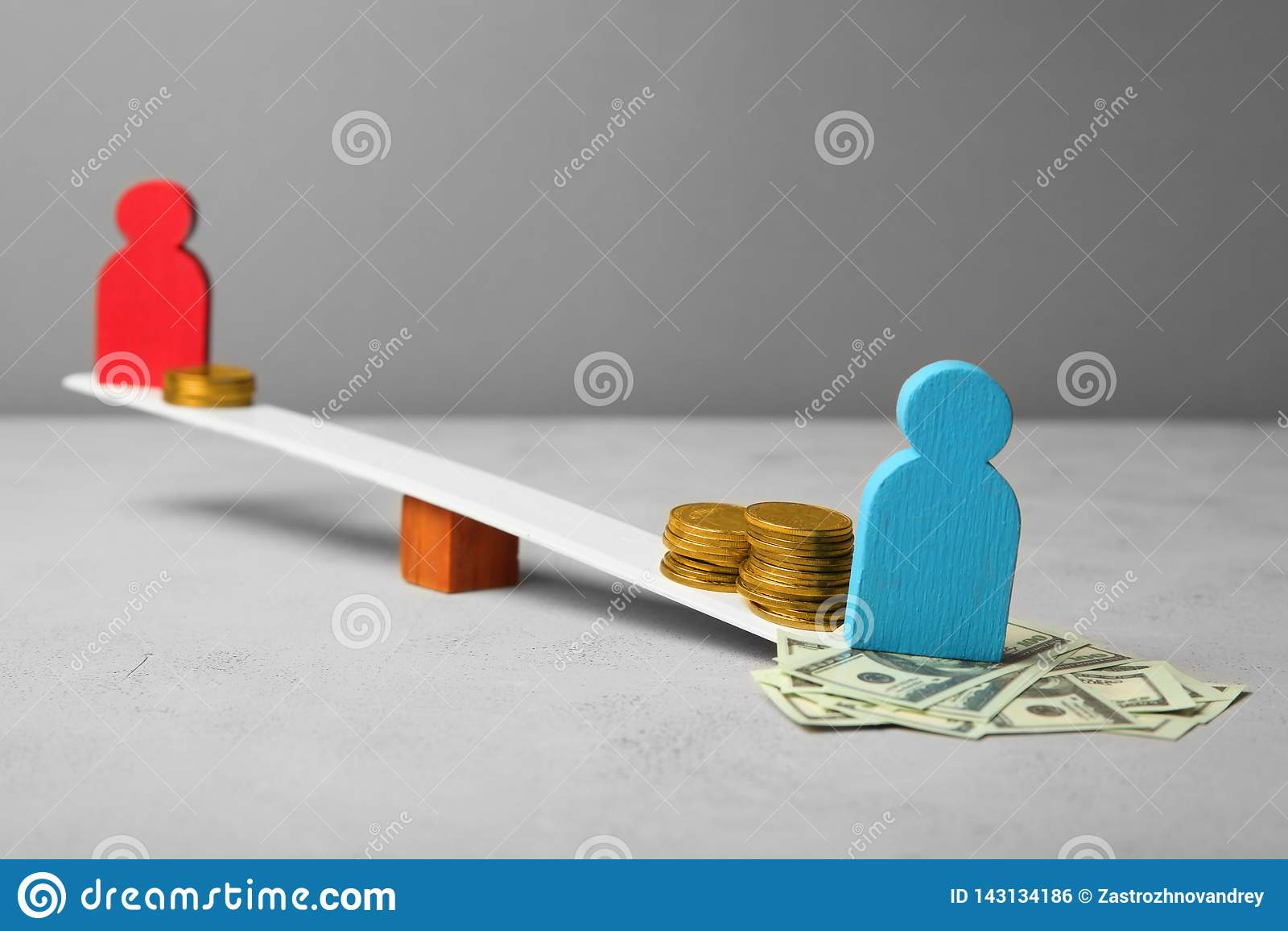 Diseguaglianza nel livello di paga Divario del reddito della gente Monete sulle scale