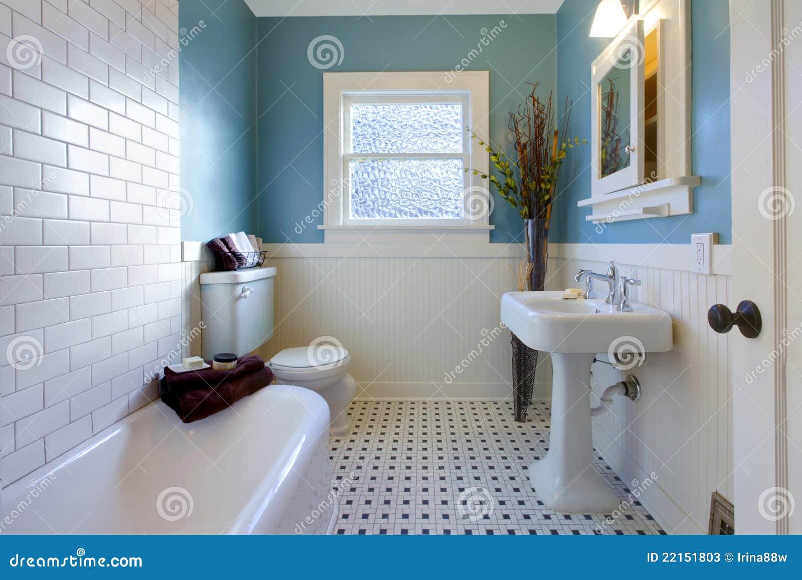 Dise o de lujo antiguo de cuarto de ba o azul fotos de for Cuartos de bano antiguos