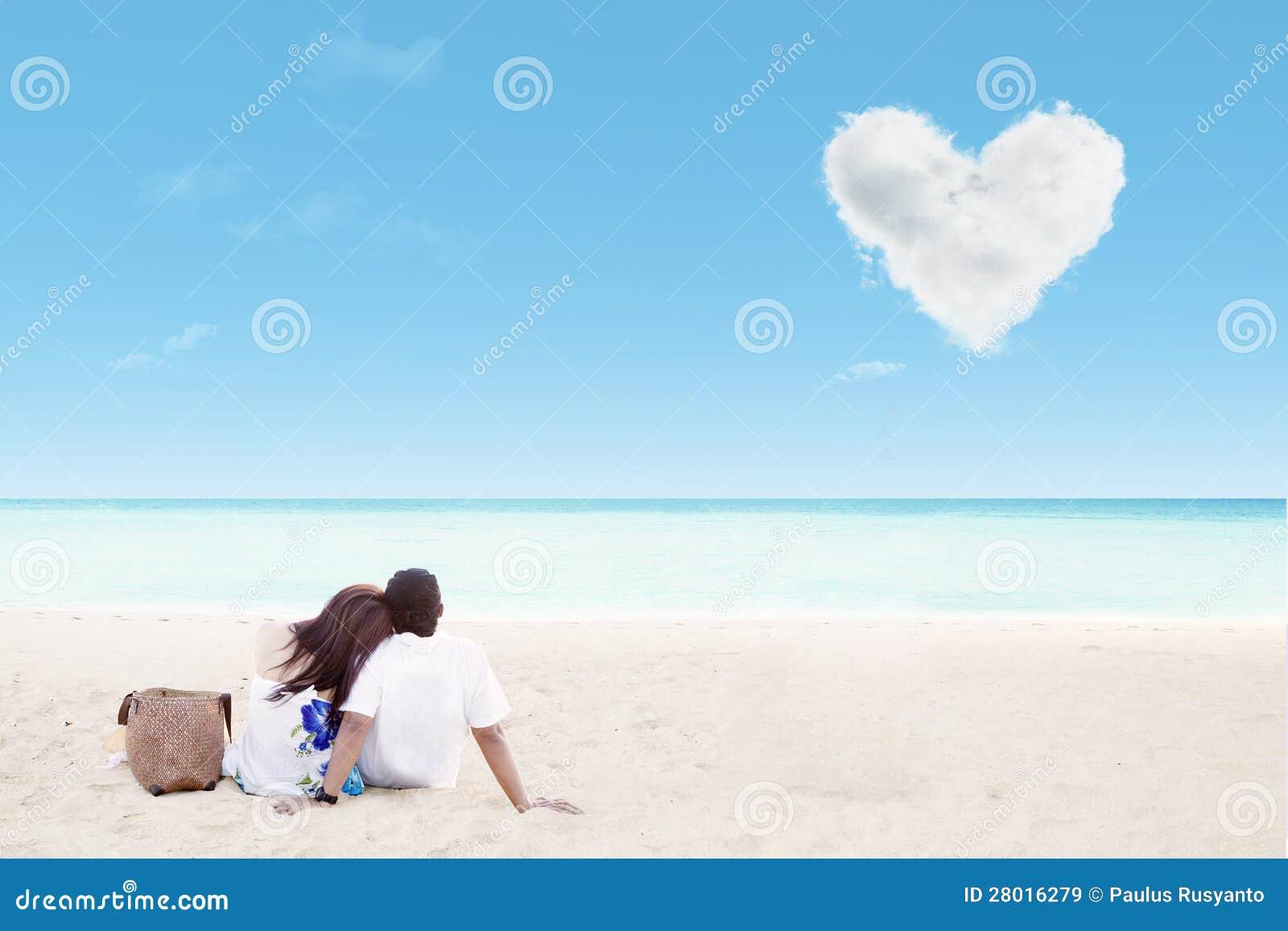 Disfrutar de luna de miel en la playa blanca de la arena