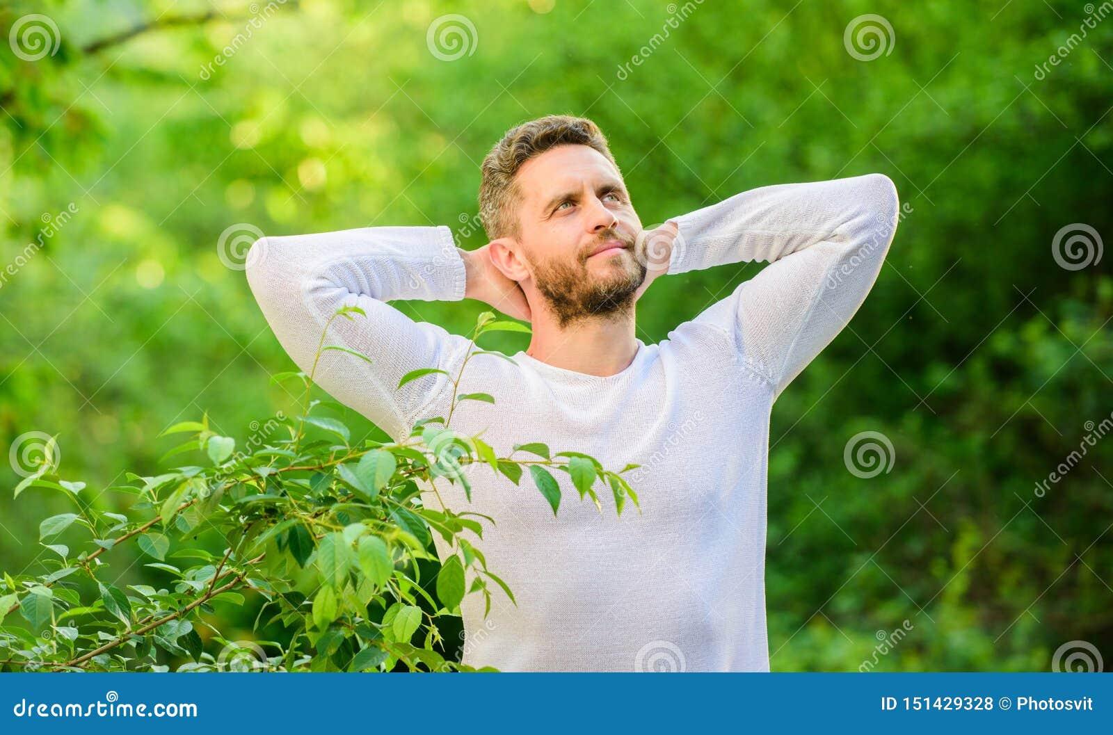 Disfrutar de vida verde hombre en tiempo del bosque para pensar vida ecol?gica para el hombre hombre por ma?ana verde del bosque