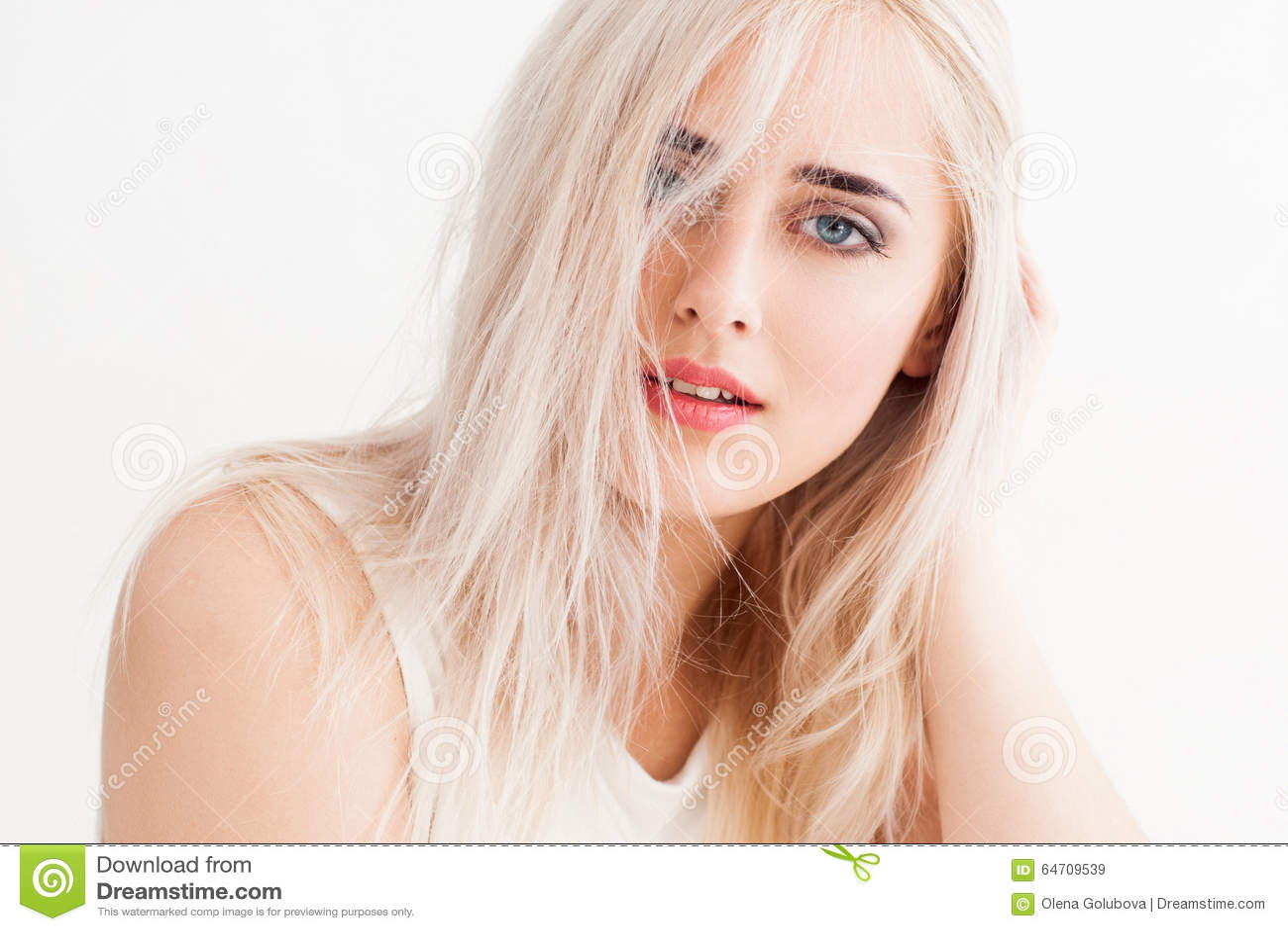 Disheveled блондинка штилев и trustingly взгляды