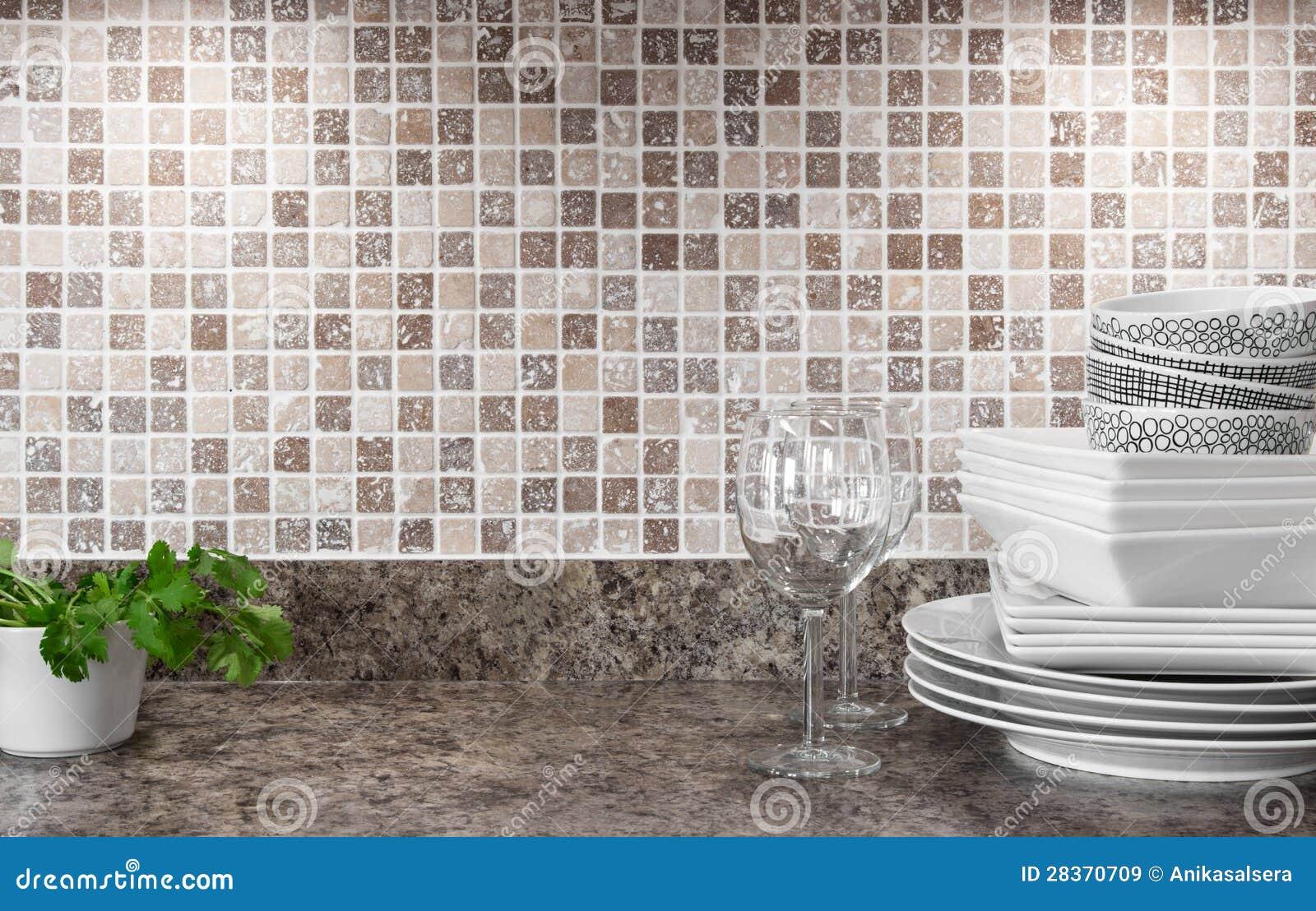 Dishware e ervas verdes na bancada da cozinha