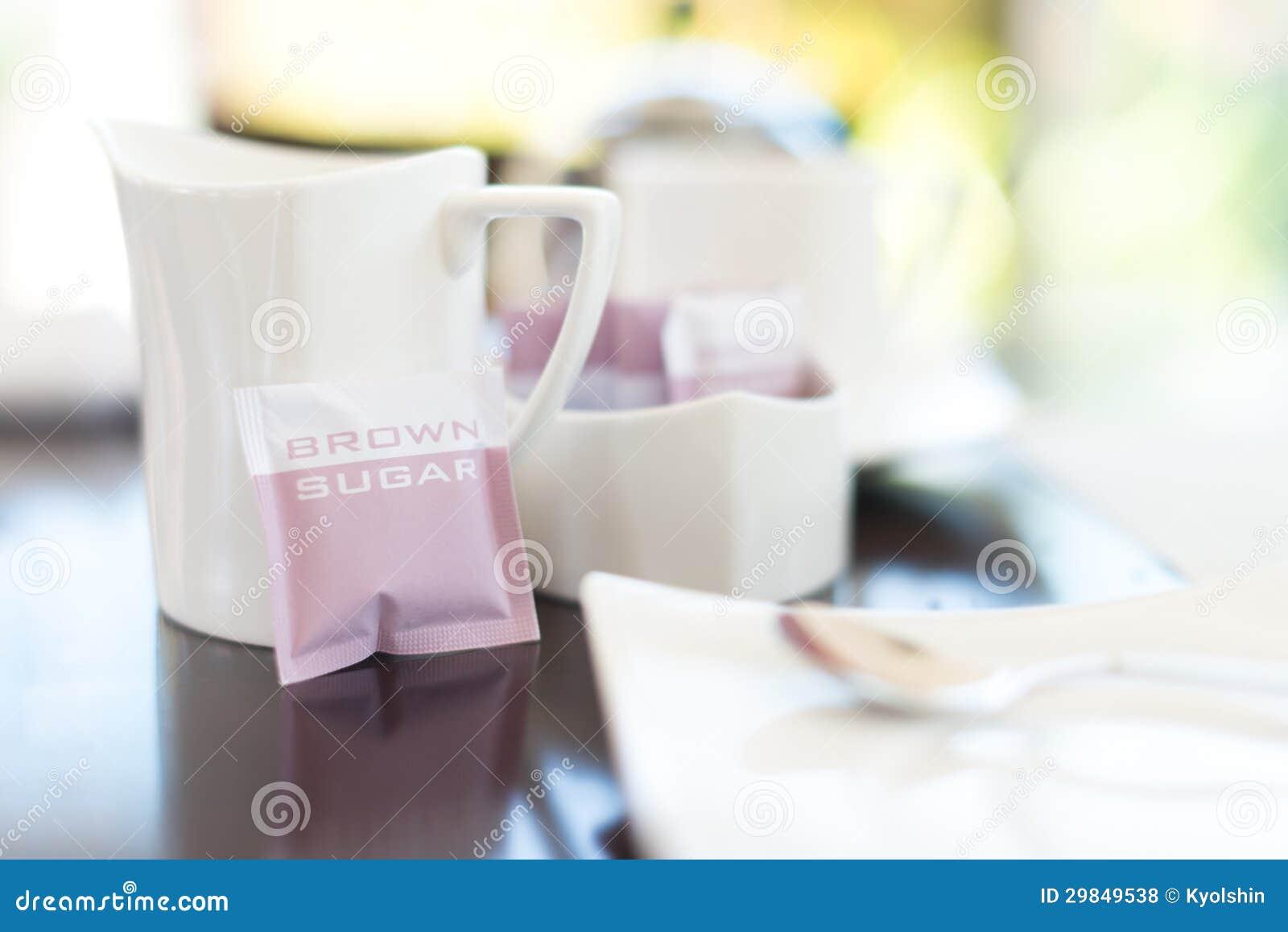 Dishware branco no café com foco na caneca.
