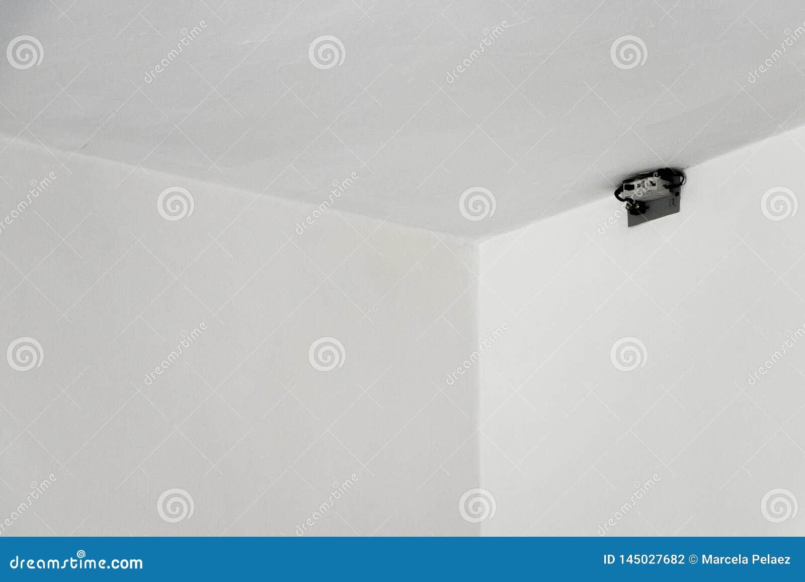 Disjuntor instalado no teto branco da parede com espaço negativo para o texto