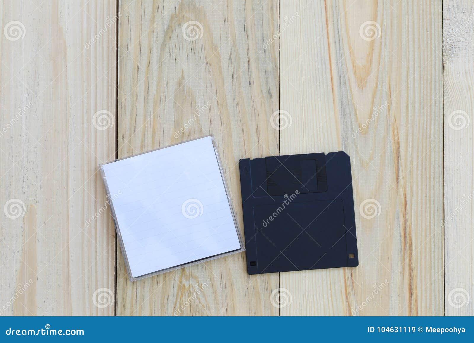 Download Diskette Op Houten Vloerachtergrond Stock Afbeelding - Afbeelding bestaande uit verouderd, ontwerp: 104631119