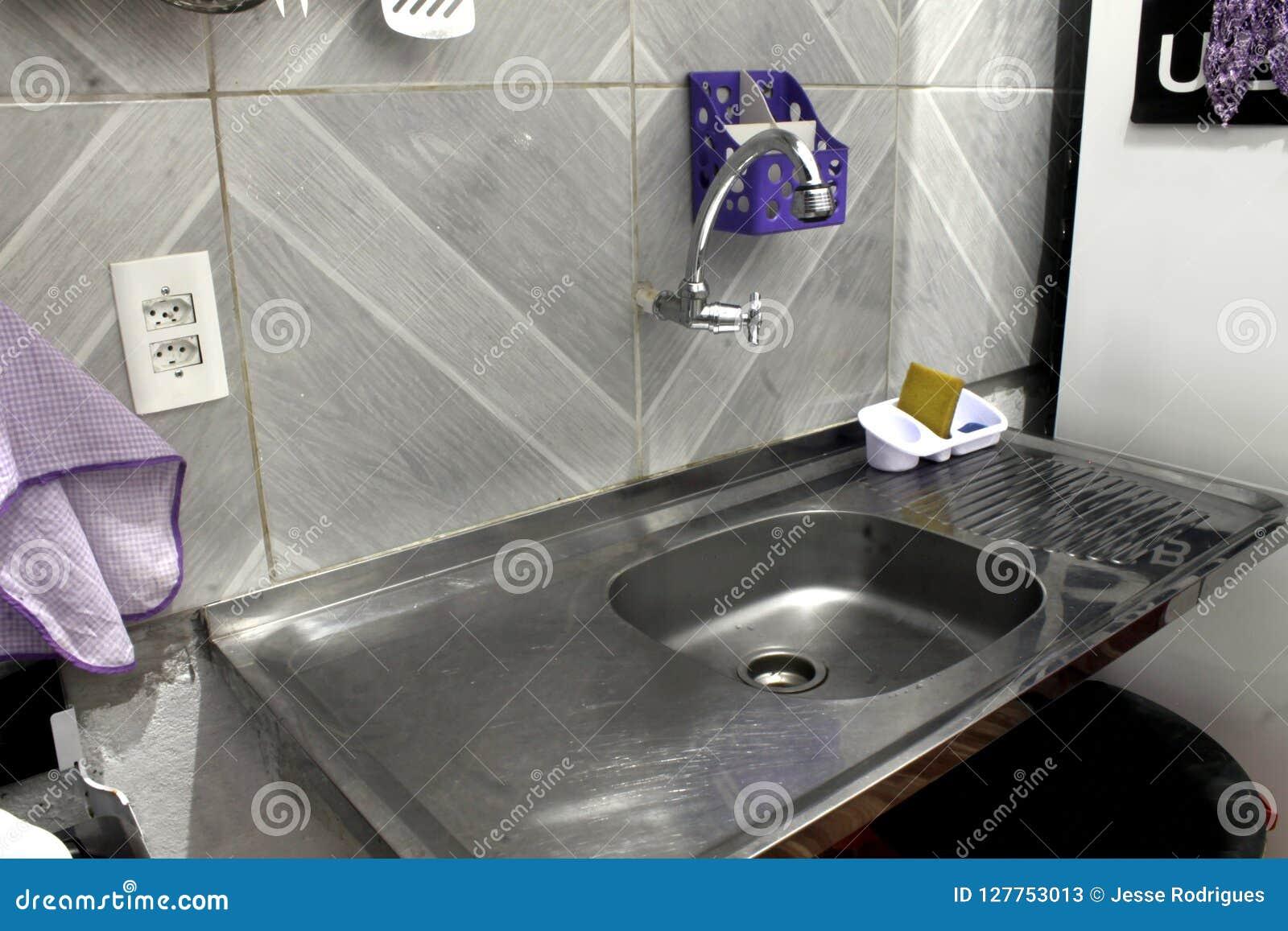 Diskho och vattenkran ställe av hemmet