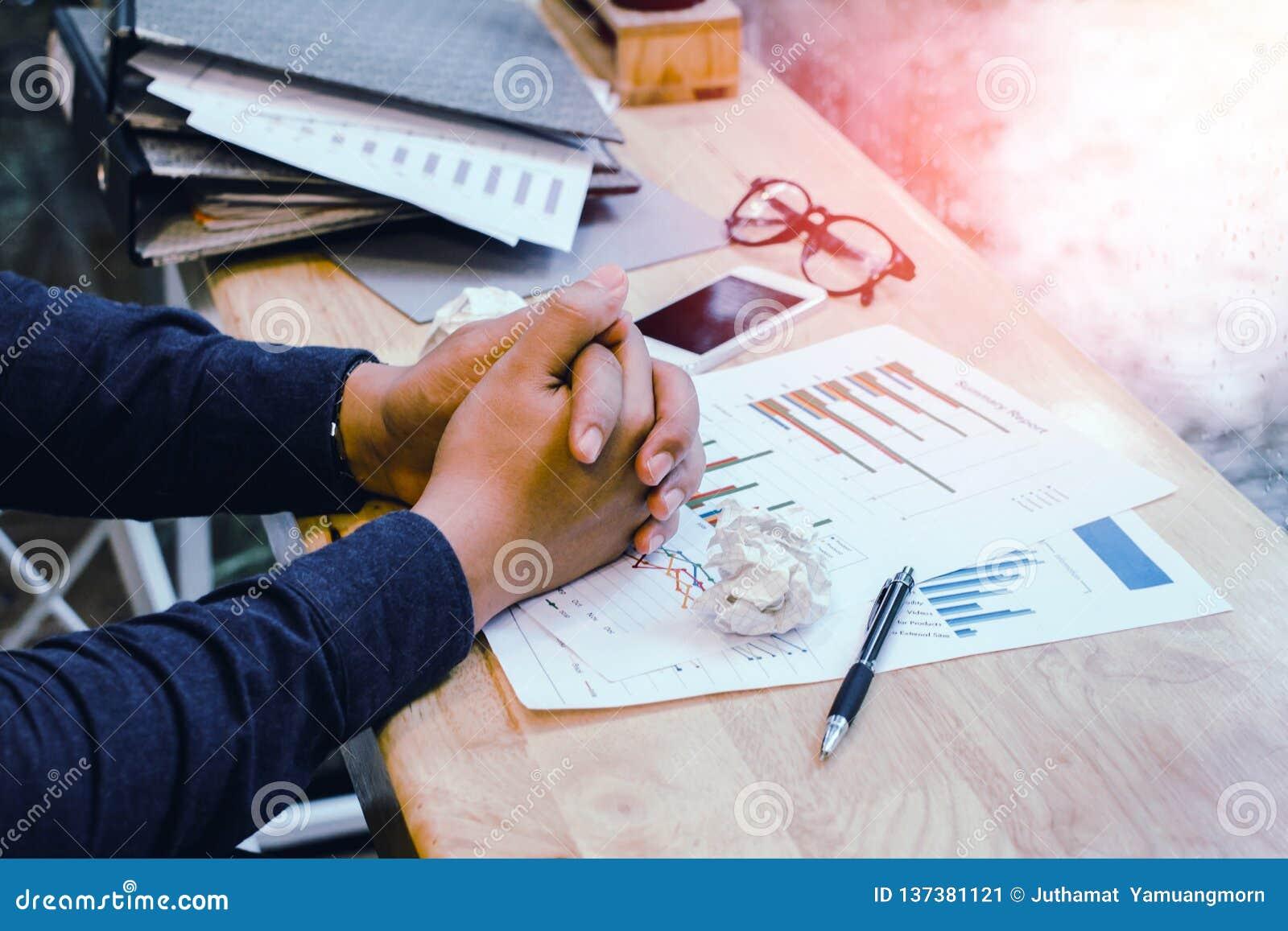 Dismal o homem de negócios na camisa azul preocupou o trabalho com o caótico na mesa de escritório