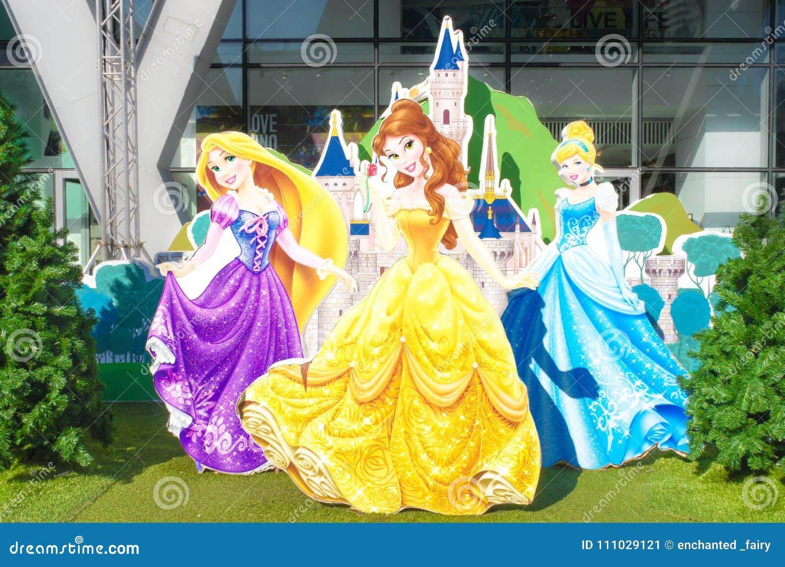 Disney-Prinzessinnen Rapunzel, Schönheit, Aschenputtel und Disney ziehen sich hinter ihnen zurück