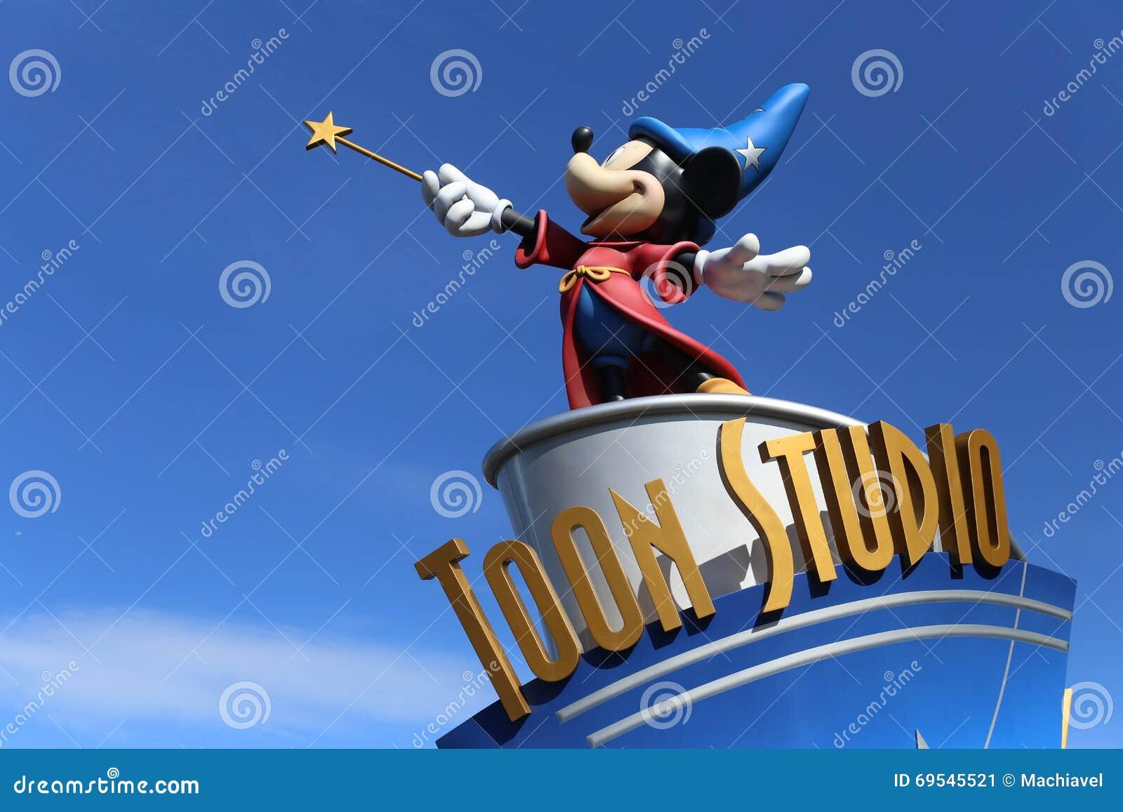 Disney-studio in Disneyland Parijs, met een standbeeld van Mickey als tovenaar
