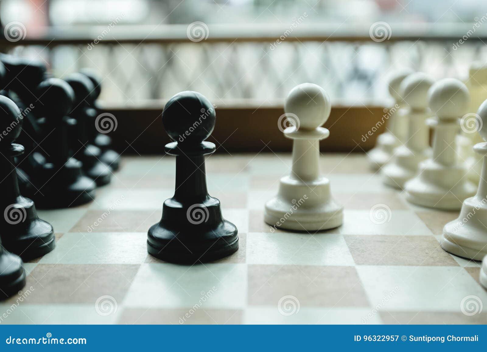 Disparado de mover-se branco da casa da placa de xadrez Líder de negócio Concept Foco seletivo