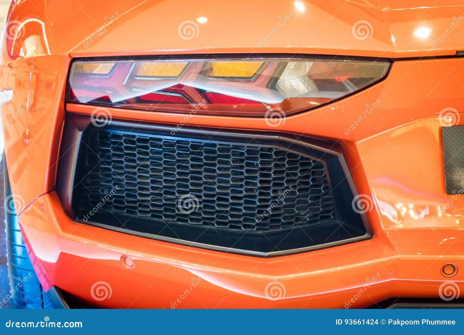 Disparado de uma lanterna traseira moderna do carro