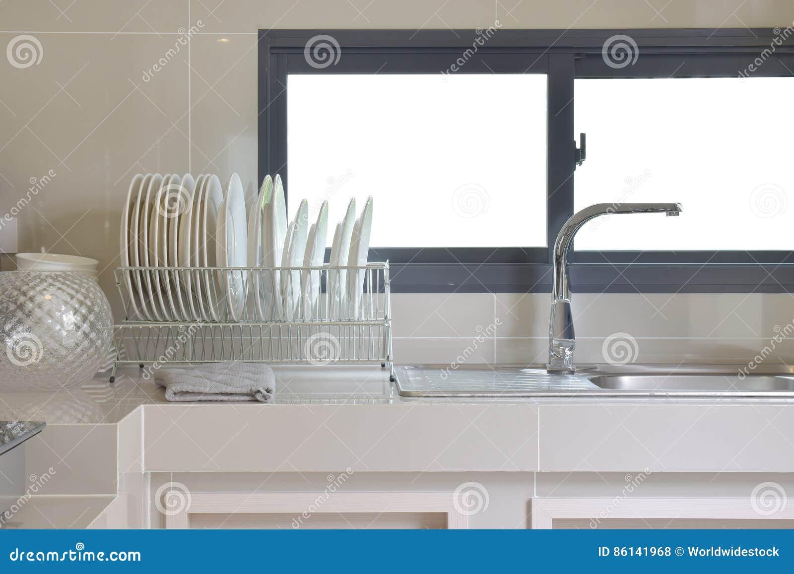 Dispensa Moderna Con L\'utensile E Lavandino In Cucina Fotografia ...