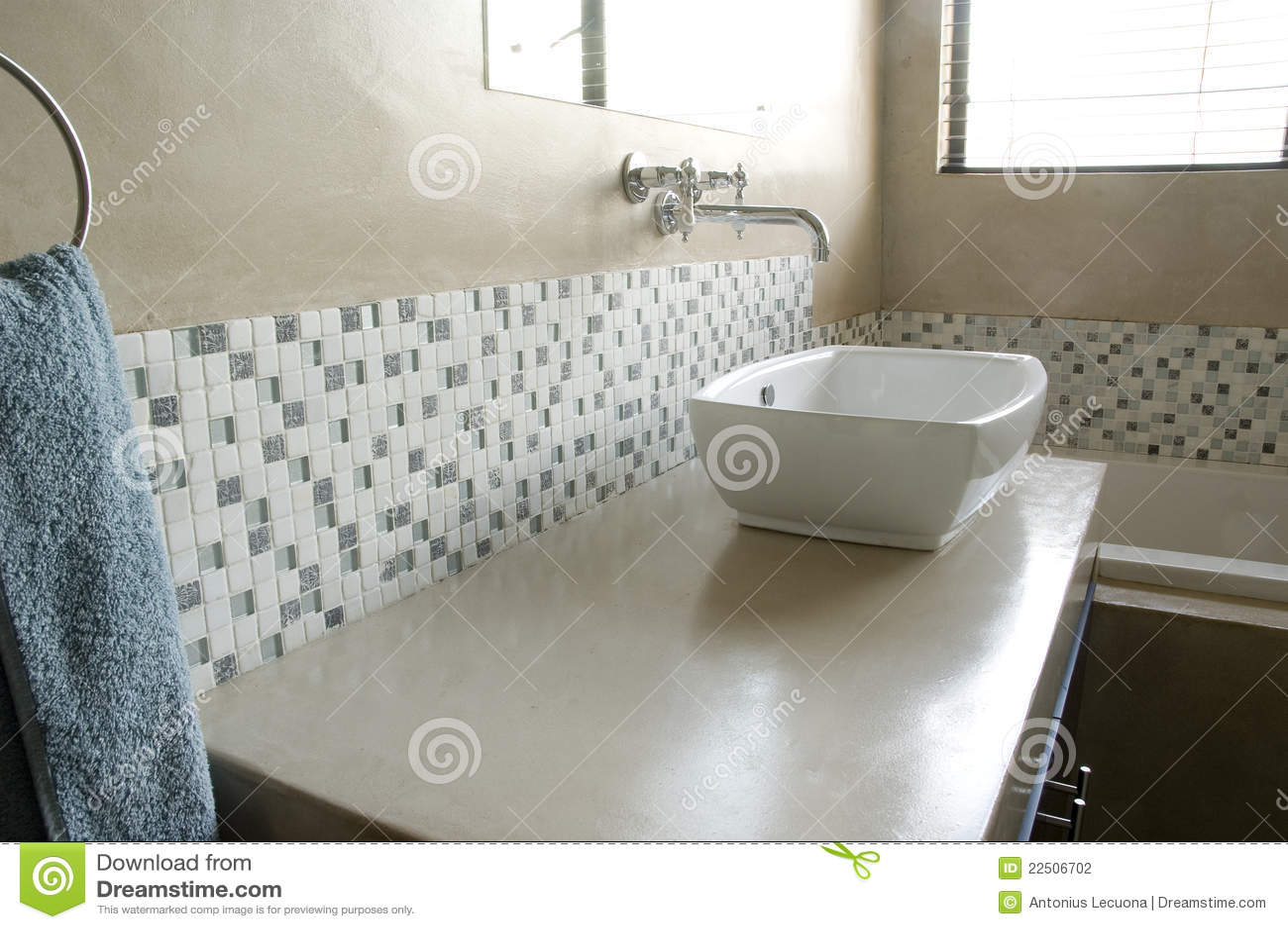 dispersore moderno della stanza da bagno con i mosaici bianchi ... - Bagni Con Mosaico Moderni