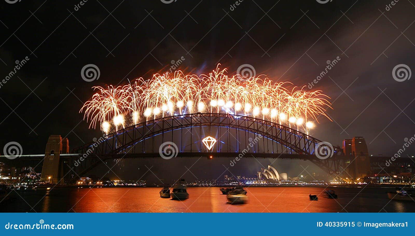 Displau dos fogos-de-artifício sobre a ponte do porto